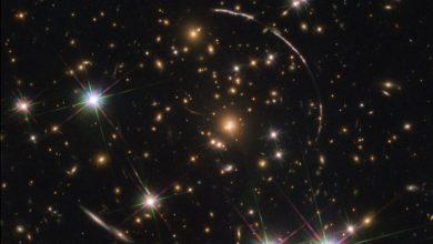 صورة تلسكوب هابل يلتقط صورة لنفس المجرة مكررة عدة مرات