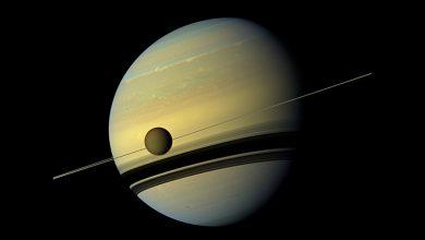 صورة قمر زحل، تيتان، في موقع ممتازً